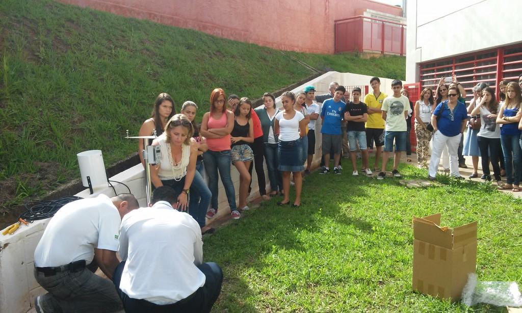 Instalação de pluviômetro semiautomático na escola estadual de São Luiz do Paraitinga(SP)