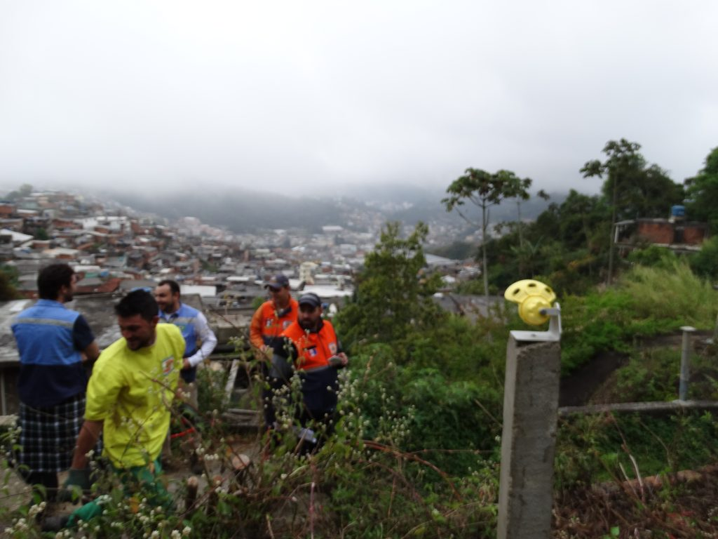 Instalação de prisma no Morro do Rosário, em Teresópolis (RJ), pela equipe do Cemaden com apoio da Defesa Civil municipal.